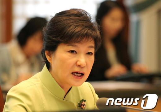 박근혜 대통령이 22일 오전 청와대에서 열린 수석비서관회의에서 모두발언을 하고 있다. (문화체육관광부 제공) 2013.4.22/뉴스1  News1 박철중 기자