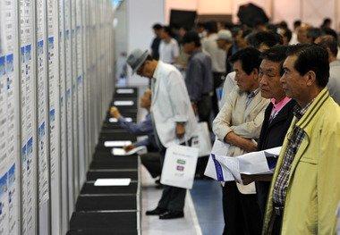 '2012 서울 시니어 일자리 엑스포'에 참석한 구직을 희망하는 어르신들이 채용게시판을 둘러보고 있다. 뉴스1  News1   박세연 기자