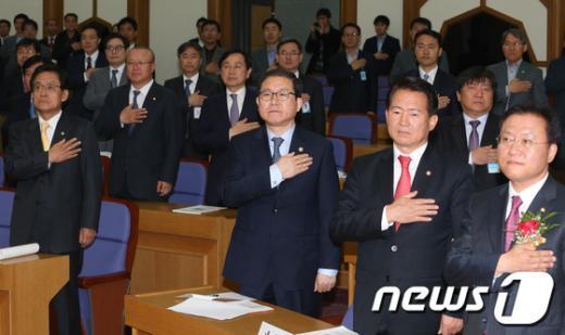 [사진]국민의례하는 이성한 경찰청장