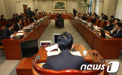 """[사진]""""정치쇄신, 국회쇄신"""" 논의하는 의원들"""