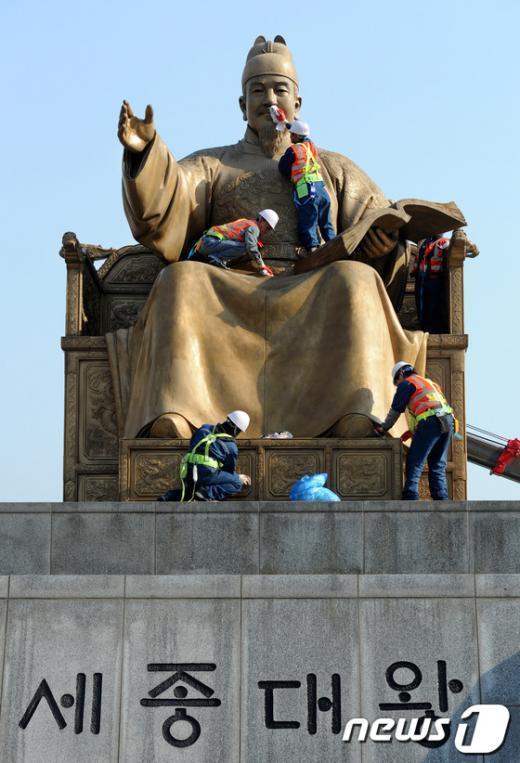 [사진]세종대왕 동상, 봄맞이 청소
