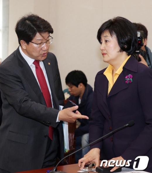 [사진]법안 논의하는 박영선·권성동