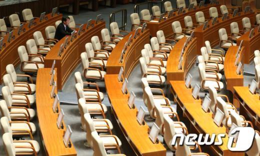 [사진]본회의장 1등으로 참석한 안철수 의원
