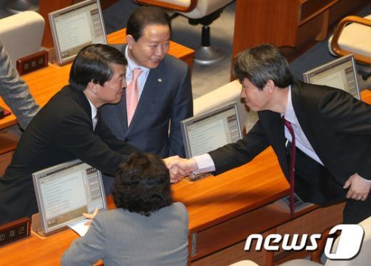 [사진]민주통합당 의원들과 인사 나누는 안철수