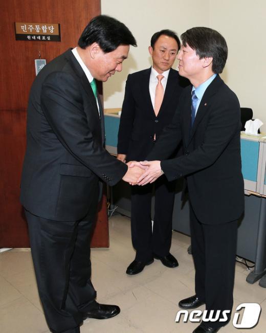"""[사진]민주 지도부 찾은 안철수, """"왜?"""""""