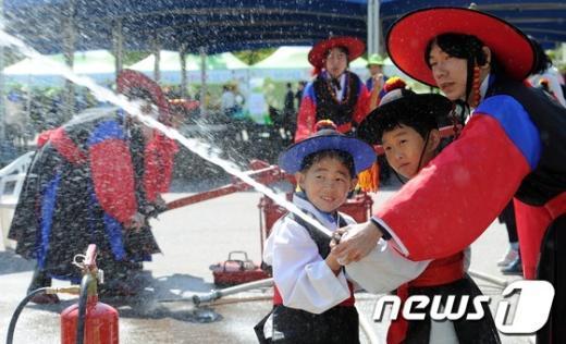 [사진]궁중소방대로 변신한 어린이들