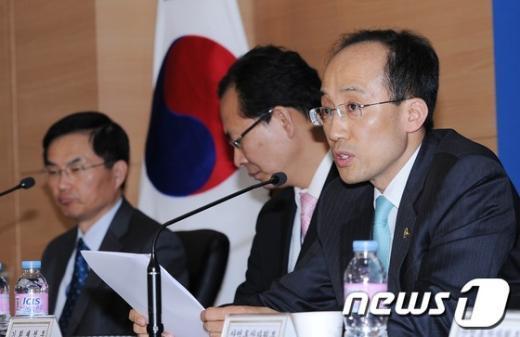 [사진]무역투자진흥회의 브리핑하는 추경호 차관