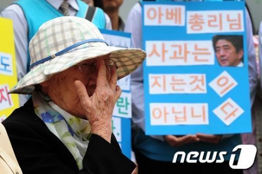 """[사진]""""아베 망언, 할머니가 지켜보고 있다"""""""