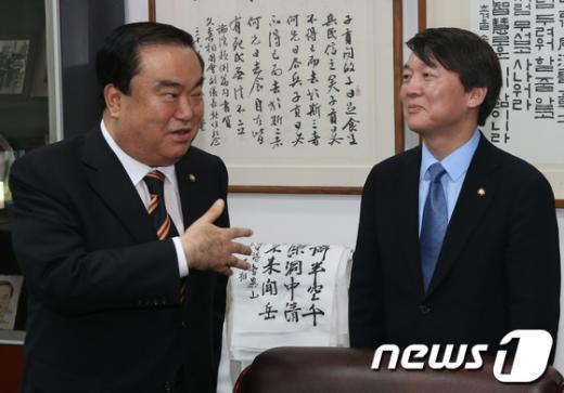 [사진]문희상 비대위원장 바라보는 안철수