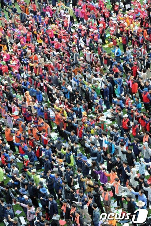 """[사진]""""님을 위한 행진곡"""" 부르는 노동자들"""