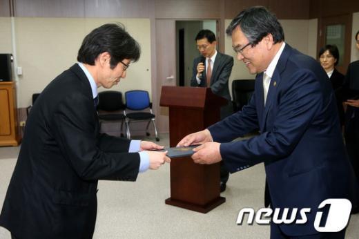 [사진]자문위원 위촉장 받는 정유신 대표
