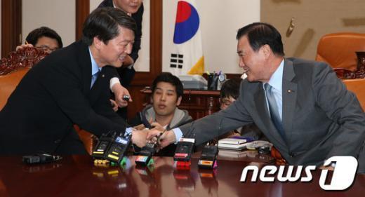 [사진]안철수 손잡은 강창희 의장