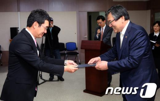 [사진]자문위원 위촉장 받는 한상욱 변호사