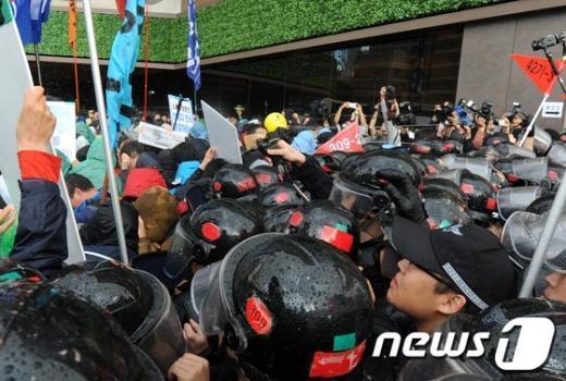 [사진]최루액 뿌리는 경찰