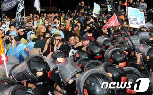 [사진]충돌하는 노동자와 경찰