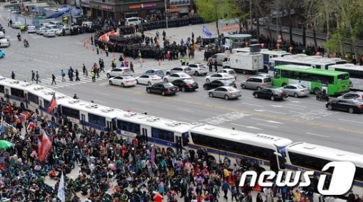 제123주년 노동절인 1일 오후 서울광장에서 전국노동자대회가 열리고 있는 가운데 경찰들이 대한문 앞에서 만일에 사태에 대비해 대기하고 있다. 2013.5.1/뉴스1  News1   허경 기자