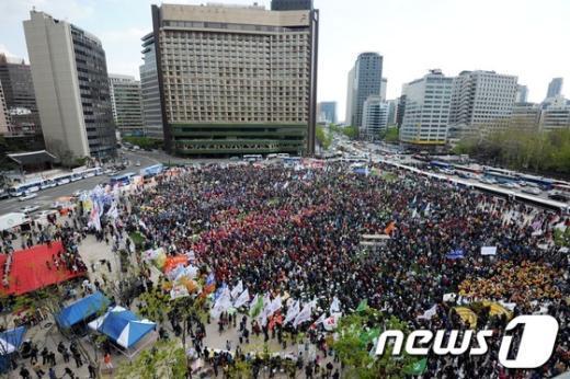제123주년 노동절인 1일 오후 서울광장에서 열린 전국노동자대회에서 참가자들이 님을 위한 행진곡을 부르고 있다. 2013.5.1/뉴스1  News1   허경 기자