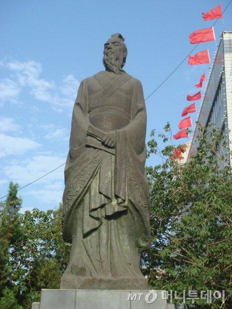 사마천은 관중의 중상주의에 입각한 실용적 경제관을 계승하여 '화식열전'이라는 명편을 남겼다. 사마천의 동상/사진=김영수