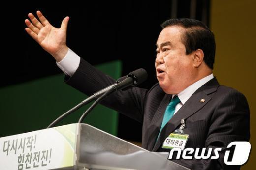 [사진]인사말하는 문희상 비대위원장