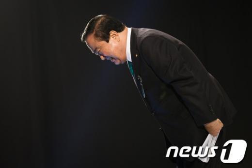 [사진]고개숙여 인사하는 문희상