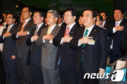 [사진]국민의례하는 민주통합당 비대위