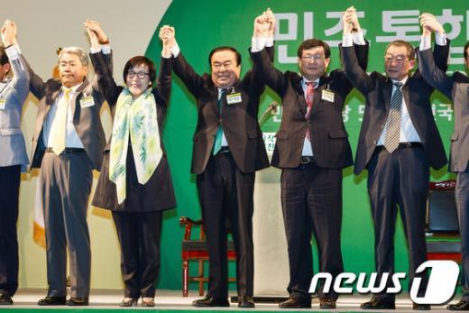 [사진]손 번쩍 든 민주 비대위