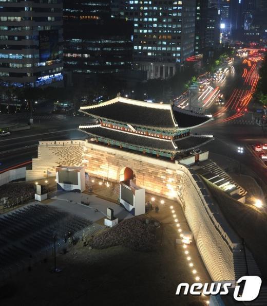 국보1호 숭례문 복원식을 하루 앞둔 3일 오후, 마침내 제모습을 되찾은 숭례문이 서울 도심야경 속에 웅장한 위용을 뽑내고 있다. 2013.5.3/뉴스1  News1   박철중 기자