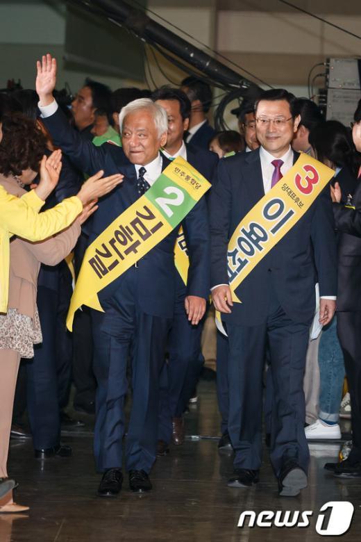 [사진]전당대회 들어서는 김한길-이용섭