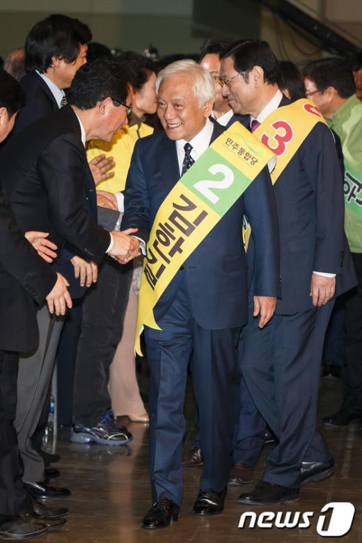 [사진]대의원들과 인사나누며 입장하는 김한길-이용섭