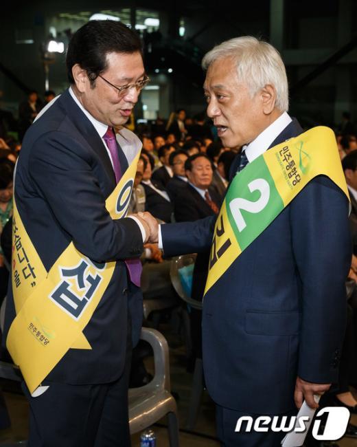 [사진]악수하는 이용섭-김한길 민주 당대표 후보