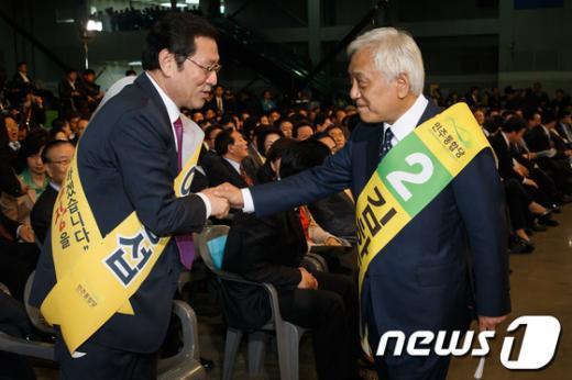 [사진]손 잡은 이용섭-김한길