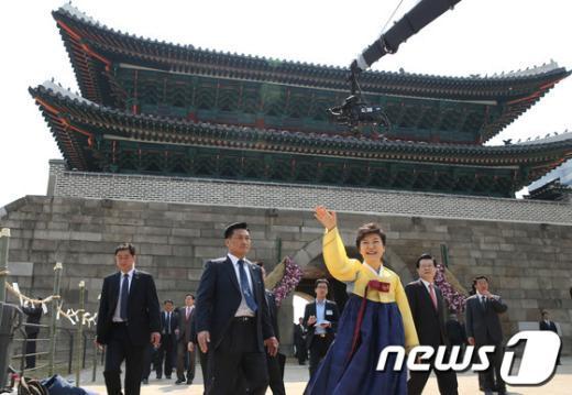 [사진]숭례문 복구 기념식 참석한 朴 대통령