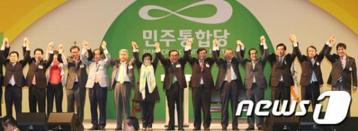 [사진]인사하는 민주당 비대위