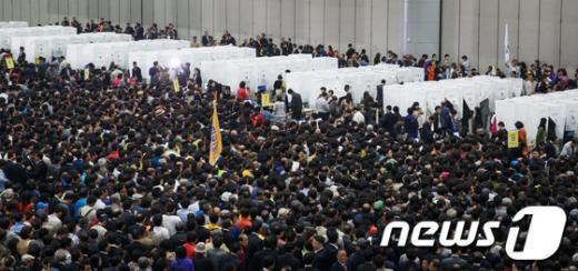 [사진]당 지도부 선출 투표하는 민주당 대의원들