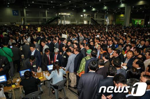[사진]당대표 및 최고위원 투표 기다리는 민주당 대의원들