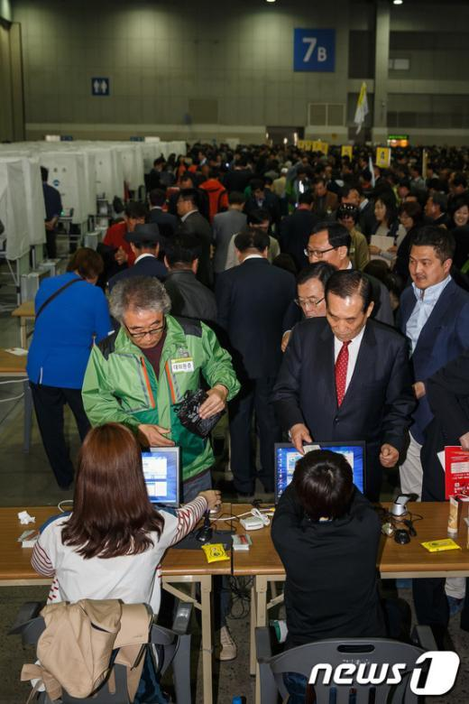 [사진]투표 앞서 신분확인하는 민주당 대의원들