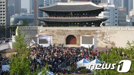 [사진]숭례문에 들어간 시민들
