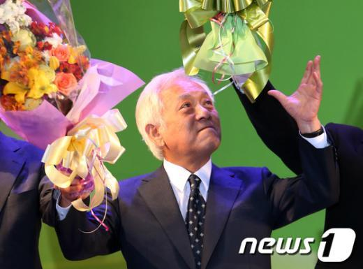 [사진]꽃다발 든 김한길 민주당 대표