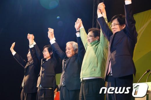 [사진]대의원들 향해 인사하는 민주당 신임 지도부