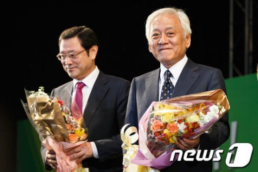 """[사진]김한길-이용섭, """"희비교차"""""""