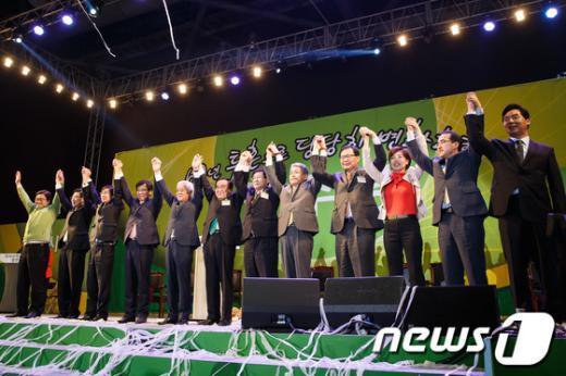[사진]손 맞잡은 민주당 신-구 지도부
