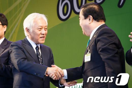 [사진]악수하는 김한길-문희상