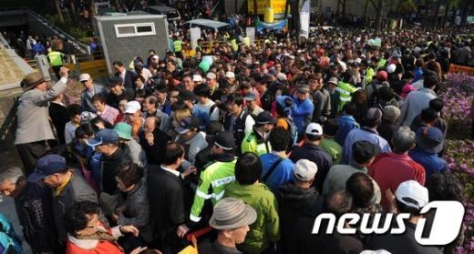 [사진]숭례문 보러온 시민들