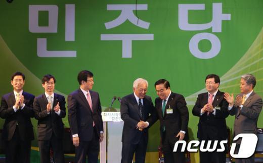 [사진]축하 받는 김한길 민주당 새 대표