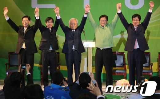 [사진]인사하는 민주당 새 지도부