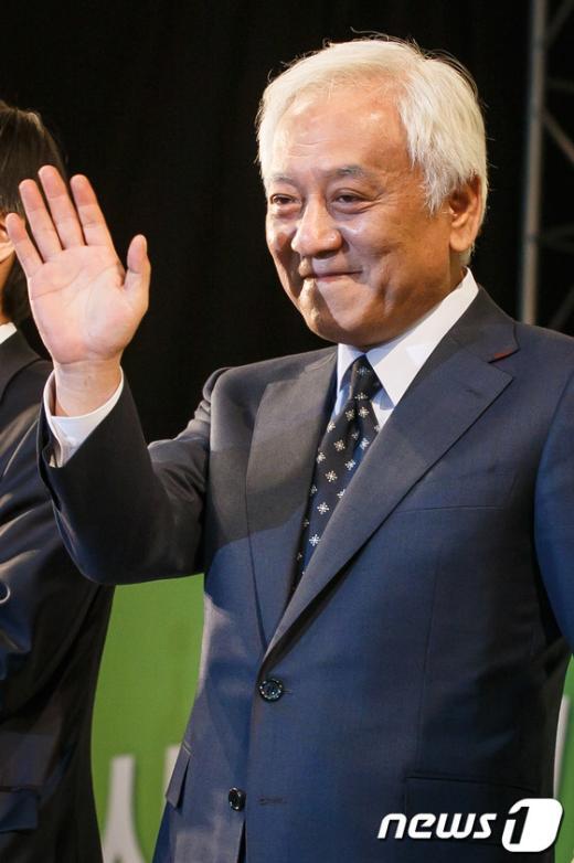 [사진]손인사 하는 김한길 신임 민주당대표