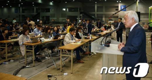 [사진]기자회견 연 김한길 신임 민주당 대표