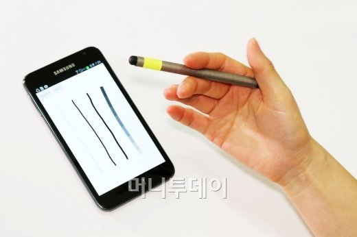 연필 돌리기 UI를 통해 선의 두께를 변환하는 매그젯 기술을 시연해 보이고 있다. /사진제공=황성재