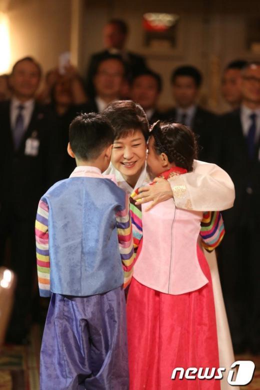 [사진]동포어린이 감싸안는 박근혜 대통령