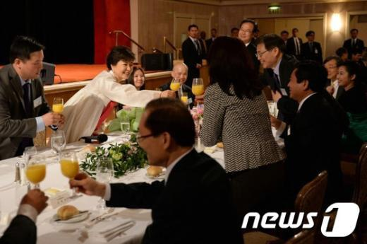 [사진]밝게 웃는 박근혜 대통령과 뉴욕동포